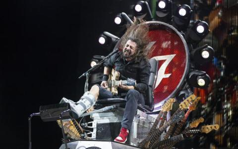 Foo Fighters Dave Grohl broke leg-large